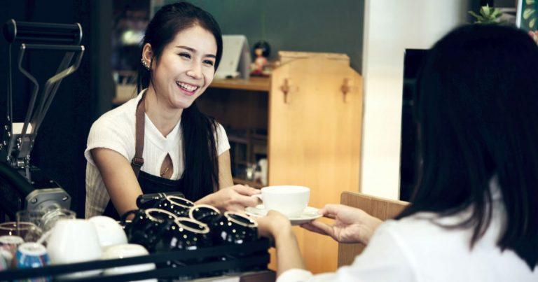 Lucratori asiatici in cafenele, baruri